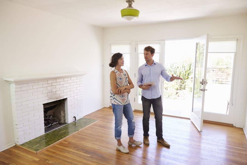 Teammakler feilschen verhandeln Angebotspreis Immobilie Immobilienmakler Vermittler Elektrik