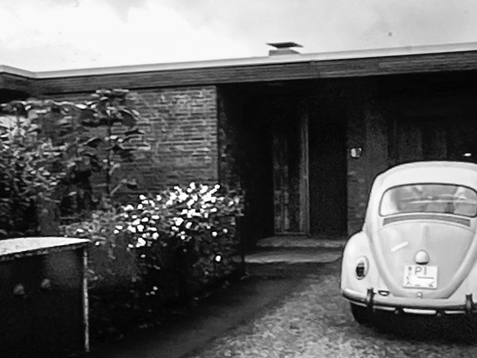Neutra Bungalow mit VW Käfer